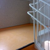 Escalera PVC con remontado y arrimadero- cantoneras de goma