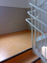 Escaleras de escuela forradas con pavimento vinílico (PVC) y cantoneras de goma