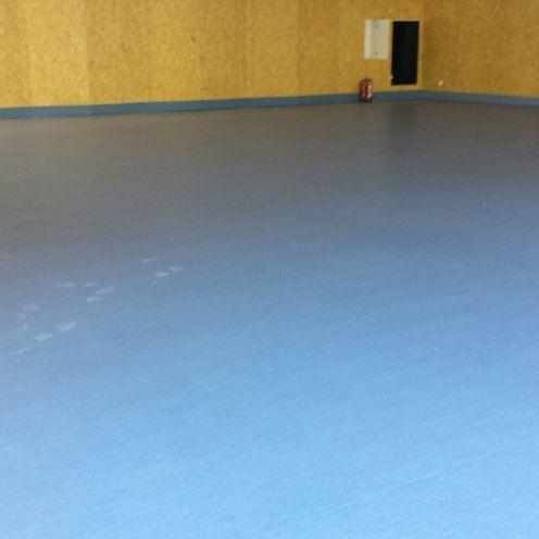 Sala polivalente con pavimento linoleum