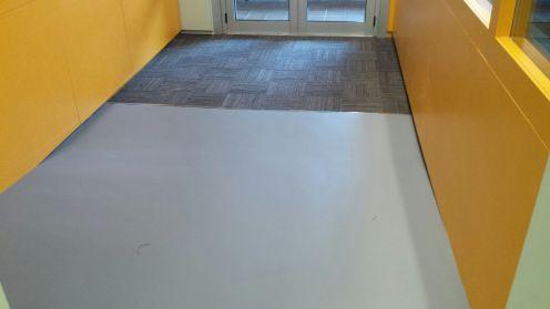 Sala polivalente con pavimento linoleum y felpudo en losetas de alto transito
