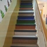 Escalera Guarderia con pavimento vinílico y cantoneras PVC
