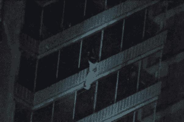 Hombre bajando de un edificio en llamas