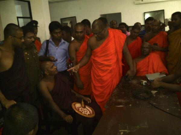 BBS monks threatening Jathika Bala Sena monks holding Press Conf. @ Nippon Hotel #lka pic.twitter.com/ZxEiLi7BLI
