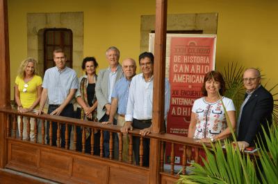 El consejero de Cultura, Carlos Ruiz, y Oswaldo Guerra, junto a la directora de la Casa de Colón e integrantes del comité científico