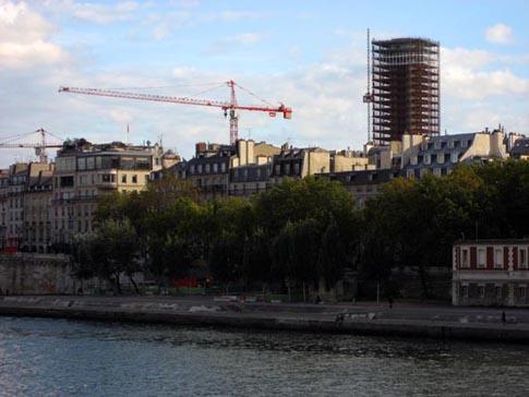 La tour Jussieu vue du pont Saint-Louis