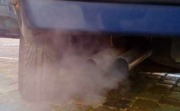 Automobile exhaust gas (Photo - Ruben de Rijcke).