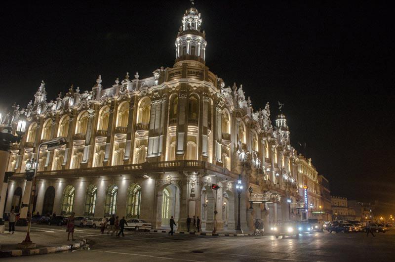 """El Gran Teatro de La Habana """"Alicia Alonso"""", sede del Ballet Nacional de Cuba, es una de las principales instituciones culturales de la capital cubana y arquitectónicamente uno de los íconos de la ciudad. El actual edificio fue levantado para acoger la sede del Centro Gallego de La Habana y fue el recinto donde se tocó por primera vez la marcha del Himno gallego."""