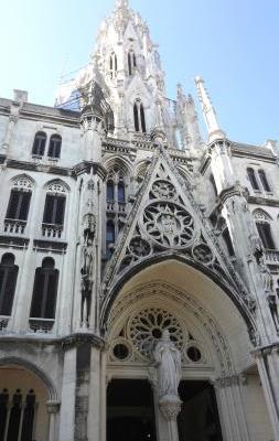 La Parroquia del Sagrado del Corazón de Jesús y San Ignacio de Loyola, conocida localmente como Iglesia de Reina, es un majestuoso templo católico, de estilo neogótico, situado en el distrito de Centro Habana, en la capital de Cuba. Es la iglesia más alta de Cuba y una de las más bellas, su elevada torre de 50 metros puede ser vista desde varios puntos de la ciudad.