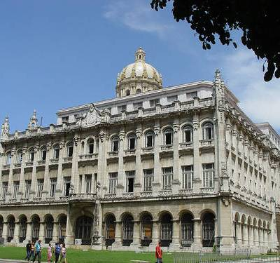 El majestuoso edificio era el antiguo Palacio Presidencial, construido en 1920 por los arquitectos Rodolfo Maruri y Paul Belau. Tiene cuatro plantas de altura, pero lo más sobresaliente es su enorme cúpula, revestida exteriormente con piezas de cerámica vidriada.