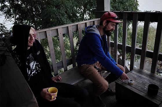 """Альберт Литвин из эмбиент-проекта JJ.Ok (слева) и Гриша из команды """"Неноева Ковчега"""" (справа) на башне"""