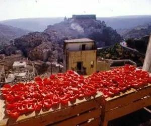 I pomodori secchi - tipico balcone estivo di una città del Sud