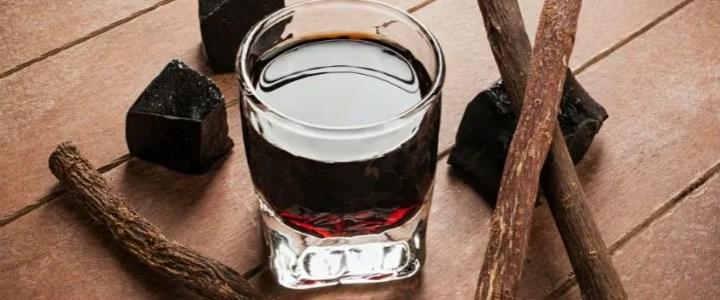 Liquore alla liquirizia pura con bastoncini e rametti