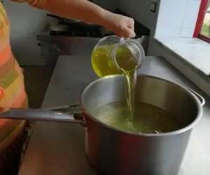 Infuso di alcol e sciroppo per la ricetta del limoncello casalingo