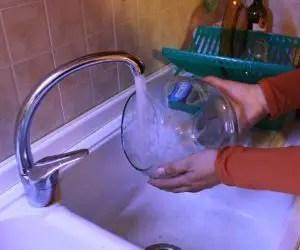 Vaso di vetro sotto l'acqua