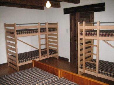 Chambre avec 4 lits simples et un double-lit
