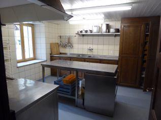 Profi-Kuche - Arbeitstisch und Gesschirrspülmaschine
