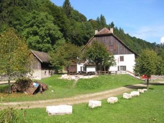Bauernhof und sein grüne Umgebung
