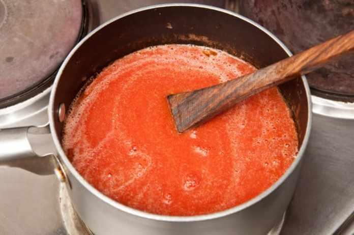 salsa de tomate casera cocinandose