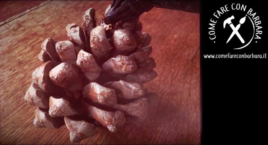 I lavoretti con le pigne caratterizzeranno casa con uno stile rustico. L Elfo Di Natale Fai Da Te Con Una Pigna Come Fare Con Barbara