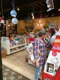 Letras y versos en la máquina de vending COMELIBROS