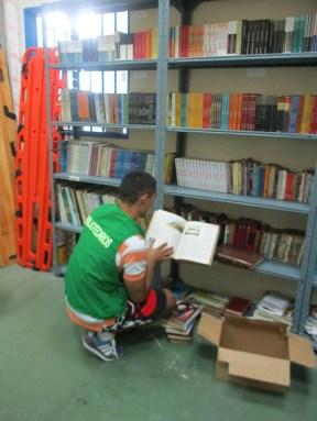 Personal del establecimiento penitenciario con donación de libros.