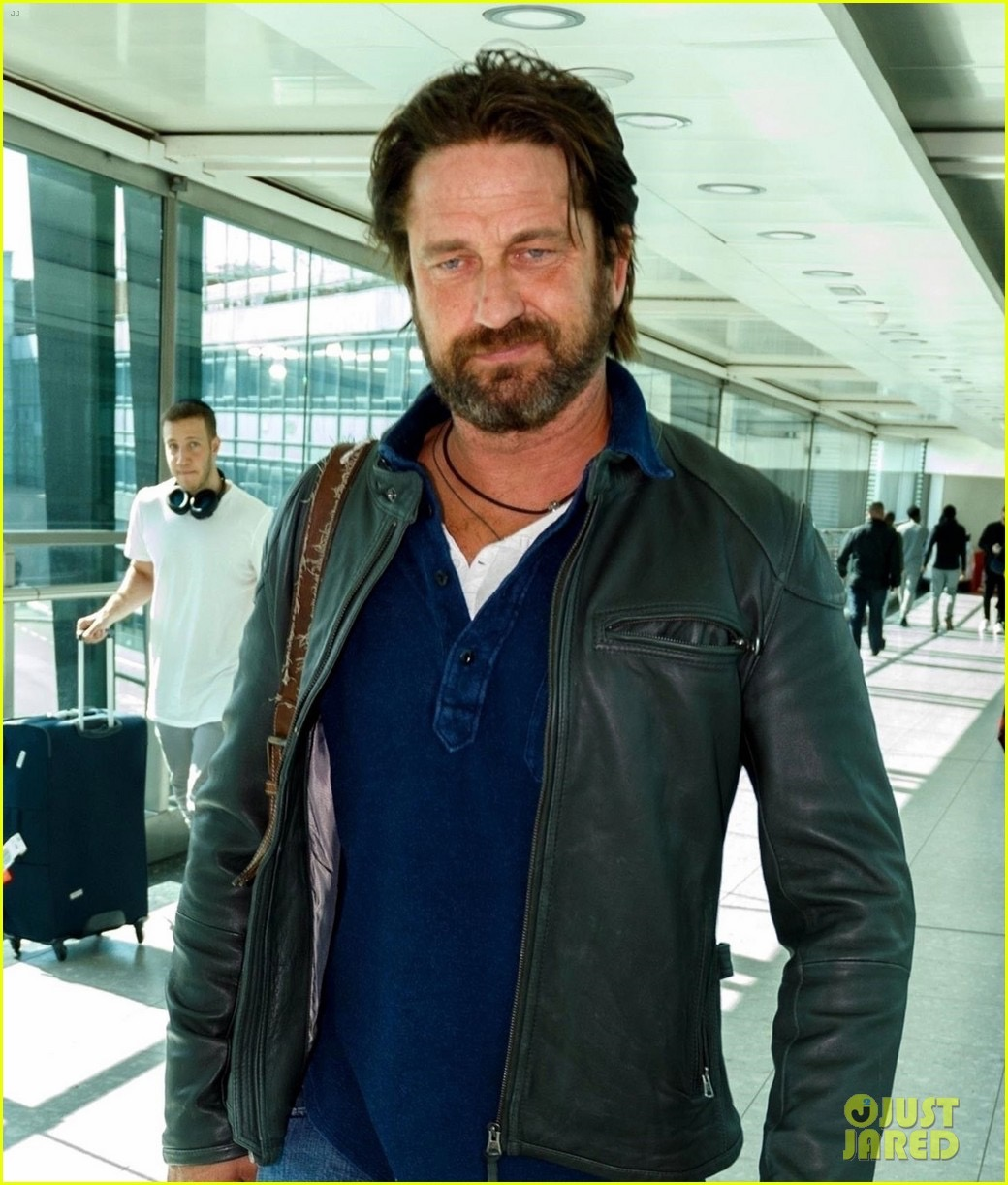 gerard-butler-catches-flight-from-los-angeles-to-london-04.jpg