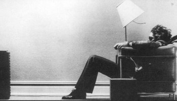 maxell-man-in-chair