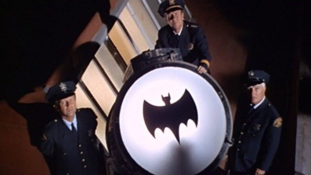 Acceso il Bat-Segnale a Los Angeles per commemorare Adam West