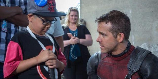 Un tenero Ryan Reynolds accoglie bambini malati sul set di Deadpool 2