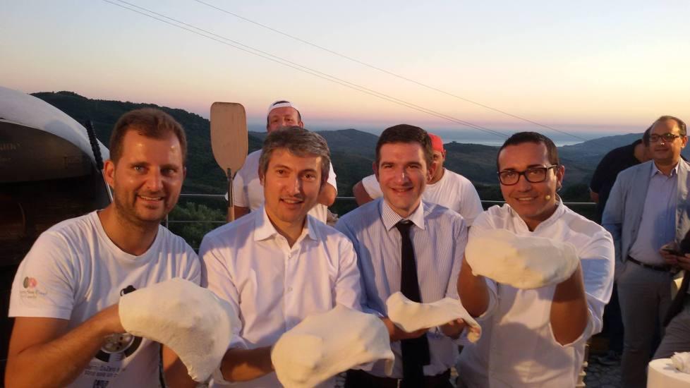Paolo De Simone, Tommaso Pellegrino, Agostino Casillo e Gino Sorbillo, impegnati a preparare la pizza Cilento Vesuvio
