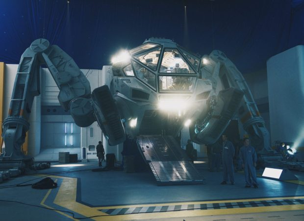 independence-day-resurgence-The_Moon_Tug_on_the_set_of_INDEPENDENCE_DAY_RESURGENCE_rgb