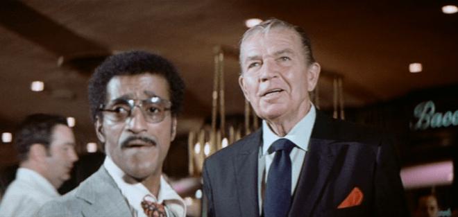 Le saviez-vous? : une photo montre aussi Sammy Davis Jr. en compagnie de David Niven sur le plateau de Casino Royale (1967).