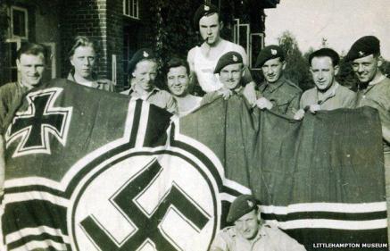 La 30UA capture un drapeau Nazi