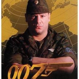 Colonel Akakievich commandant de la zone de test nucléaire au Kazahstan Le monde ne suffit pas (joué par C. Rudolph)