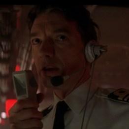 Commander Richard Day commandant du HMS Devonshire Demain ne meurt Jamais (joué par Christopher Bowen)