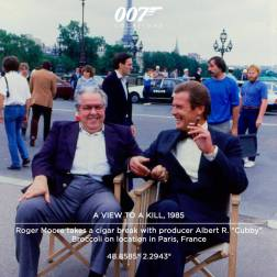 """Roger Moore savoure son cigare avec Albert Broccoli au milieu de Paris. """"Sur la Tour Eiffel, nous avons du tourner les cascades très tôt le matin, lorsque les conditions de tournage n'étaient pas idéales. Il était impossible d'empêcher les touristes d'y monter"""", raconte le réalisateur John Glen. """"La police était très nerveuse que des cascadeurs puissent tomber sur les visiteurs"""".Malgré les obstacles, la réalisation a tout de même pu filmer le saut du haut de la Tour en une seule prise, et le cascadeur a atterri sur le bateau en mouvement du premier coup."""