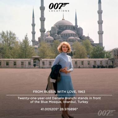 Daniel Bianchi a 21 ans lorsqu'elle pose devant la Mosquée Bleue d'Istanbul pour le rôle de Tatiana Romanova. La Mosquée Bleue qui apparaît dans le film est l'une des quatres Mosquées les plus célèbres d'Istanbul . C'est la seule Mosquée de la ville avec 6 minarets. Cinq fois par jour, le muezzin de la Misquée monte en haut des minarats pour faire résonner l'appel à la prière. Plutôt que de s'inquiéter de l'appel du Muezzin dans la bande sonore dy film, le réalisateur Terence Young décida de le conserver comme faisant partie de la couleur locale d'Istanbul.