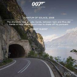 La route de crète du Lac de Garde, entre Salo et Riva del Garda en Italie, où Bond tente d'échapper aux Alfa Roméo qui le pourchassent, lors de la scène d'ouverture.