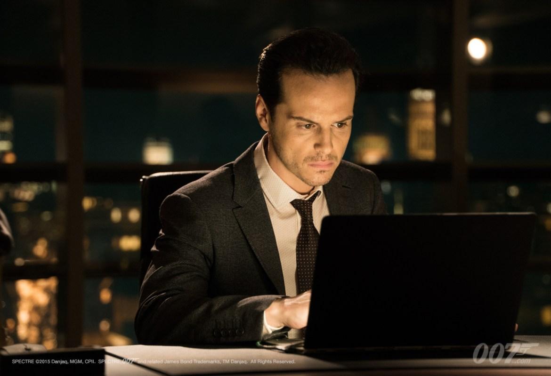 Denbigh n'a pas pu céder à l'attente et regarde SPECTRE en version piratée, le vilain.