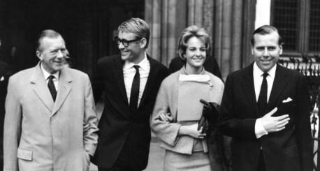 Jack Whittingham, Peter O'Toole, et Bobo Sigrist et Kevin McClory quittant la High Court de Londres.