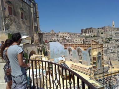Matera: turisti osservano i lavori per creare una stanza d'albergo sui sassi per una scenda del film con James Bond