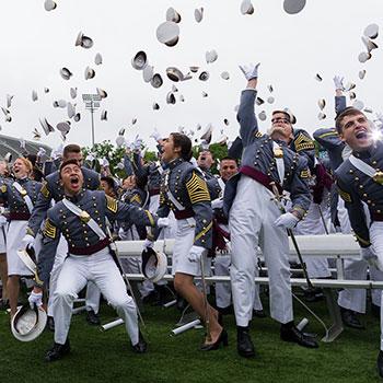 Etudiants qui fêtent leur diplôme