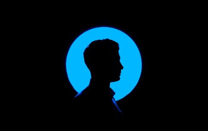 Silhouette von Kopf in blauen Hintergrund wie Gedanken unsere Ergebnisse beeinflussen
