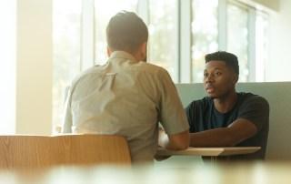 Gründer sprechen miteinander Konflikte commma