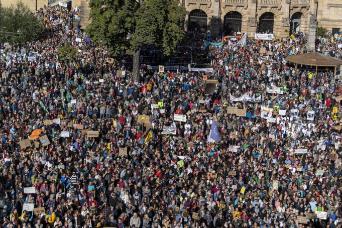 Baden-Wuerttemberg, Freiburg: According to police, more than 20,000 people are standing on the square of the old synagogue and demonstrating. The demonstrators follow the call of the movement Fridays for Future and want to fight for more climate protection. They want to support the calls for strikes and protests all over the world. (Photo: Patrick Seeger/dpa/Getty Images)