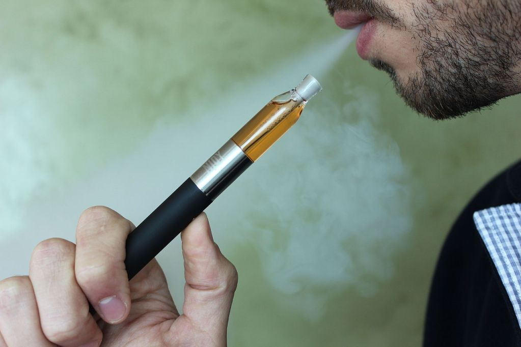 What is an e cigarette and how does it work?