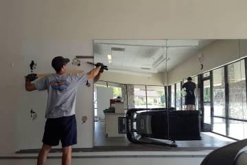 Como colar espelho na parede