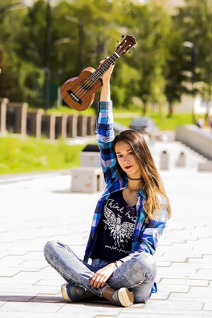 tocar ukulele