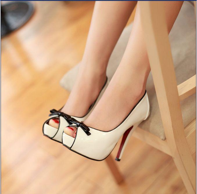 Zapatos de tacón blanco y negro