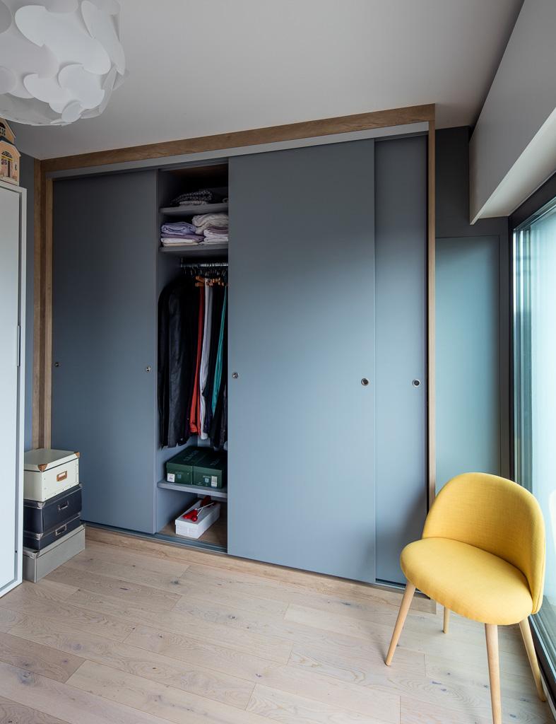 placard avec portes coulissantes bleues